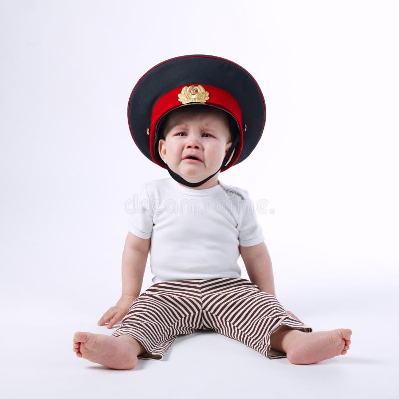 Mała śmieszna chłopiec w policjanta kapeluszu obraz stock