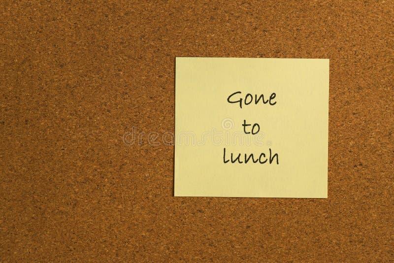Mała żółta kleista notatka na biurowym noticeboard fotografia stock