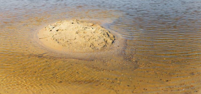 Mała żółta piaskowata wyspa wśród płycizien zdjęcie royalty free
