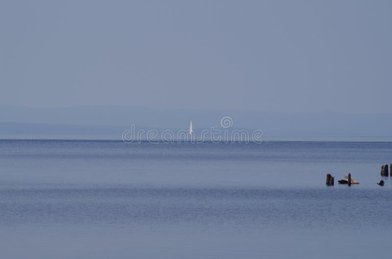 Mała żagiel łódź w odległości obraz royalty free