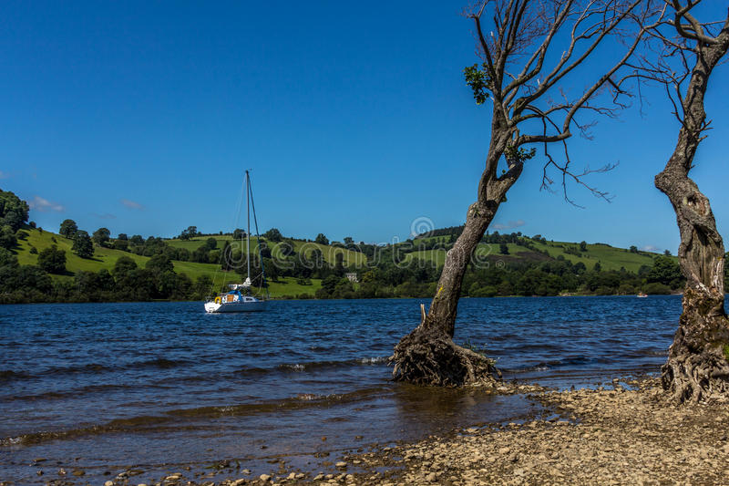 Mała żeglowanie łódź na Ullswater jeziorze zdjęcia royalty free