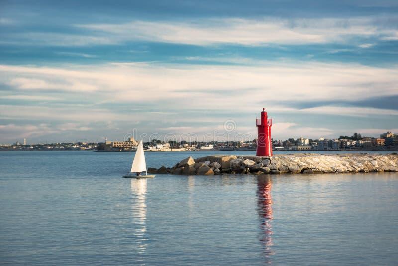 Mała żeglowanie łódź spada w porcie Trani w Puglia przy sunse obrazy royalty free