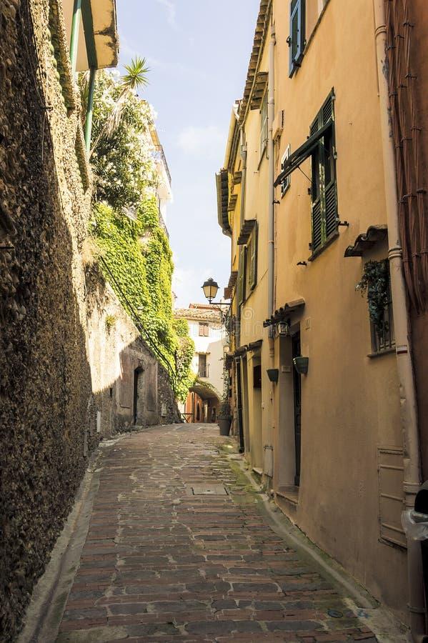 Mała aleja w średniowiecznej Provencal wiosce Roquebrune nakrętka Martin w Francuskim Riviera obrazy stock