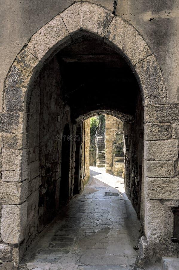Mała aleja w średniowiecznej Provencal wiosce Roquebrune nakrętka Martin w Francuskim Riviera fotografia royalty free