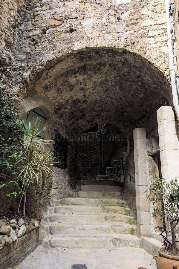 Mała aleja w średniowiecznej Provencal wiosce Roquebrune nakrętka Martin w Francuskim Riviera zdjęcie stock