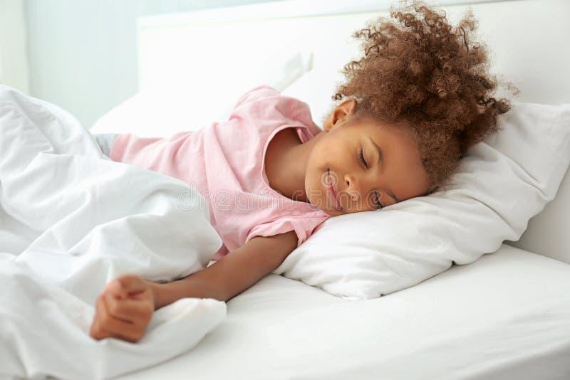 Mała amerykanin afrykańskiego pochodzenia dziewczyna zdjęcie royalty free