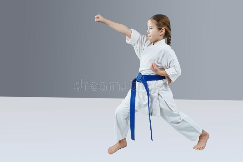 Mała atleta bije cios rękę obrazy stock