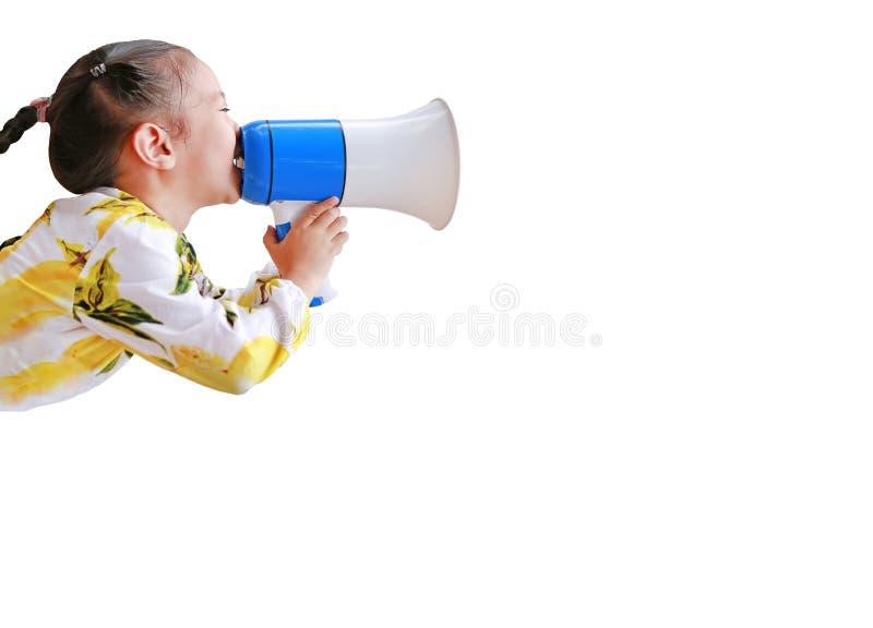 Mała azjatycka dziewczynka ogłasza przez megafon odizolowany na białym tle z kopią Koncepcja komunikacji Widok z boku zdjęcie royalty free