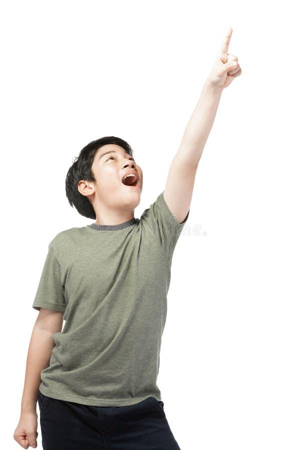 Mała azjatykcia chłopiec próbuje śmieszyć z czarni włosy w śmiesznym działaniu zdjęcie royalty free