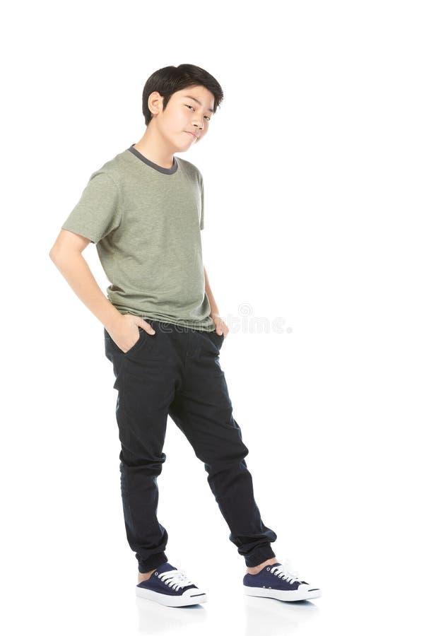Mała azjatykcia chłopiec próbuje śmieszyć z czarni włosy w śmiesznym działaniu zdjęcia stock