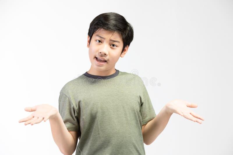 Mała azjatykcia chłopiec próbuje śmieszyć z czarni włosy w śmiesznym działaniu zdjęcie stock