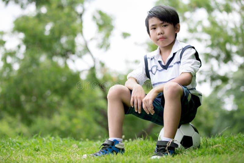 Download Mała Azjatykcia Chłopiec Z Futbolem Przy Parkiem Zdjęcie Stock - Obraz złożonej z futbol, mienie: 57650338