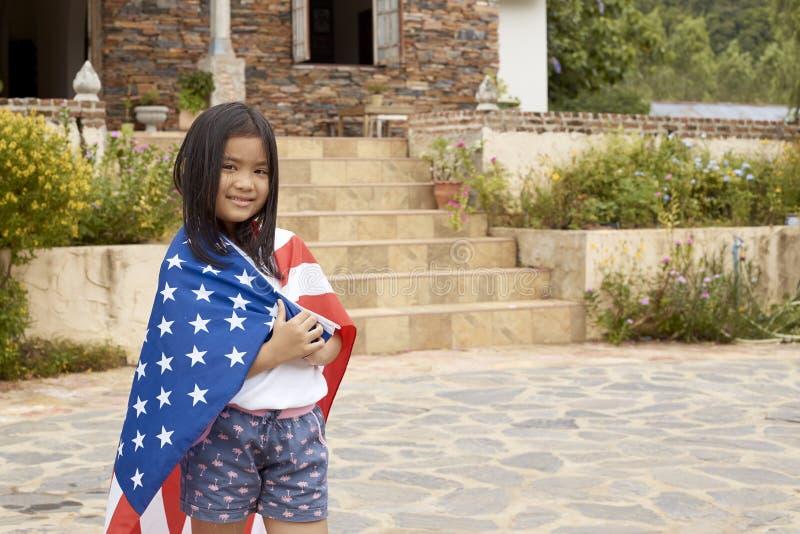 Mała azjatykcia dziewczyny flaga amerykańska obraz stock
