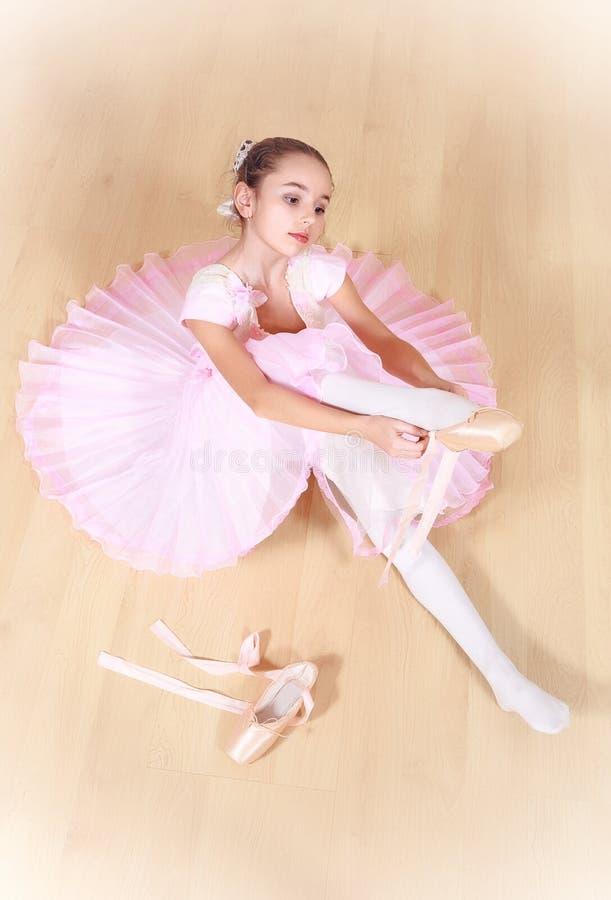 Mała balerina przy dancingową szkołą zdjęcie stock