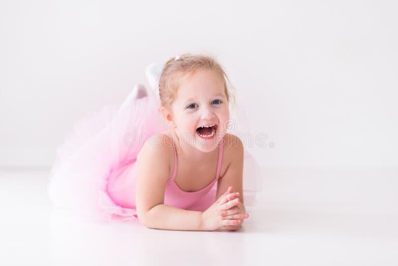 Mała balerina w różowej spódniczce baletnicy fotografia stock