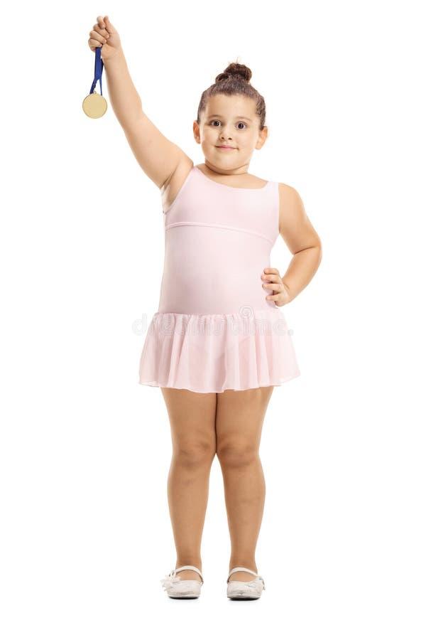 Mała baleriny dziewczyna trzyma złotego medal zdjęcia stock