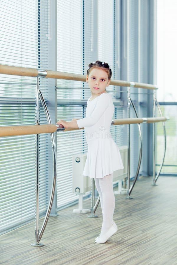 mała baleriny dziewczyna Uroczy dziecko tanczy klasycznego balet w białym studiu fotografia royalty free