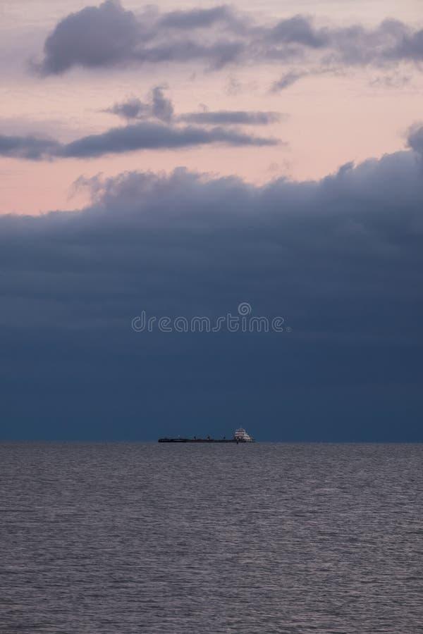 Mała barka na wodzie w odległości Piękny seascape z ciemnym chmurnym niebem Magistrala eksport rzeką zdjęcie royalty free