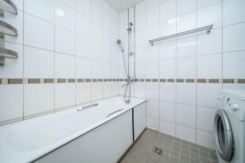 Mała beżowa łazienka zdjęcie stock
