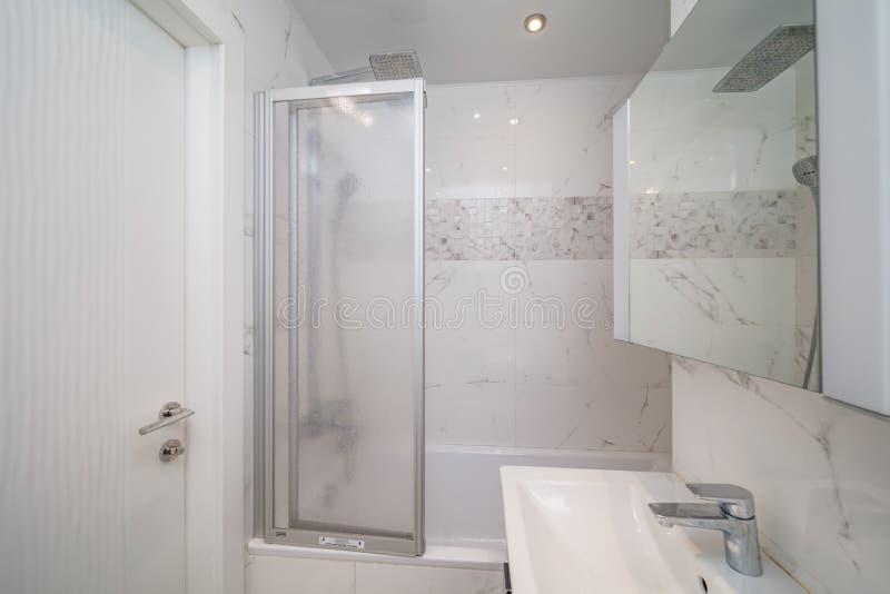 Mała beżowa łazienka zdjęcia stock