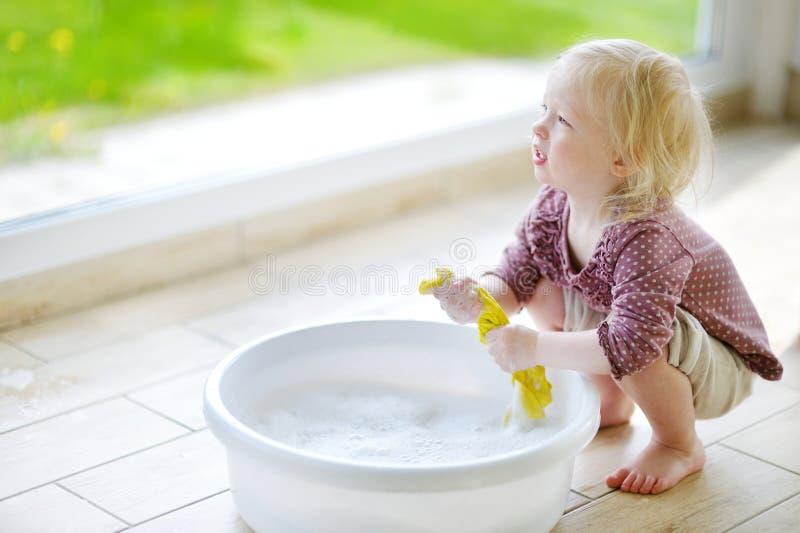 Mała berbeć dziewczyna pomaga jej mamy czyścić up zdjęcie stock