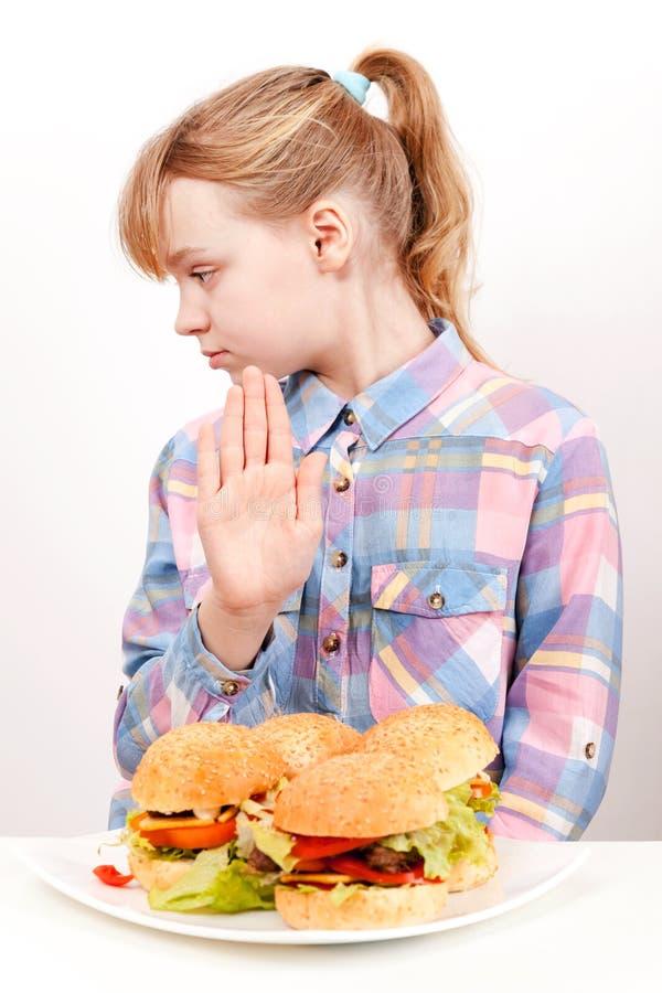 Mała blond dziewczyna mówi hamburgery: Nie zdjęcie stock