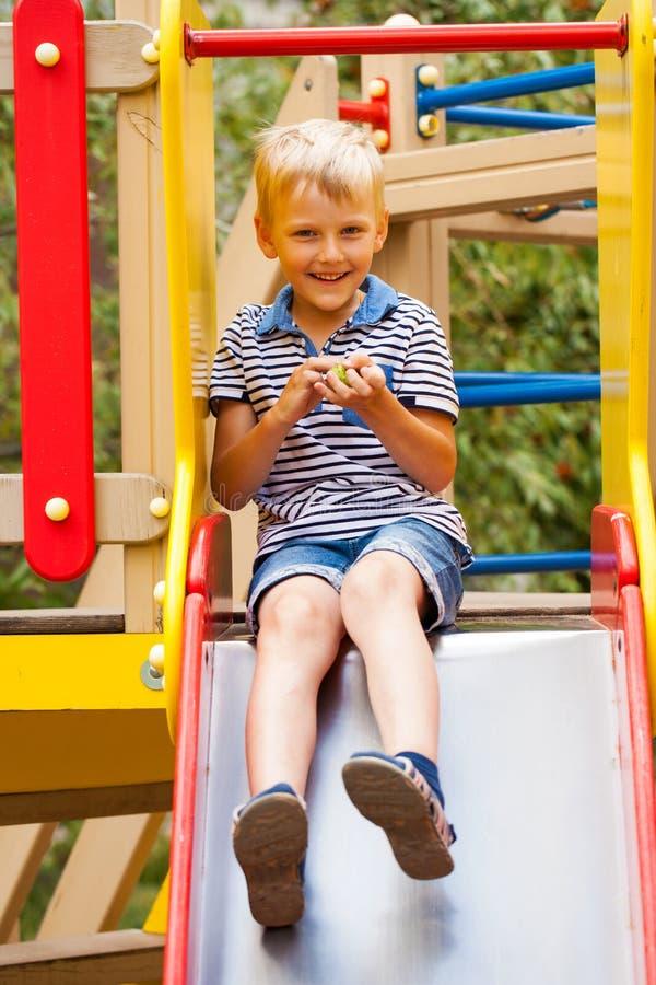 Mała blondynki chłopiec, lato park outdoors zdjęcie stock