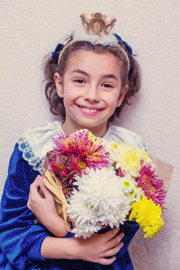 Mała brunetki dziewczyna w błękit sukni zdjęcia stock