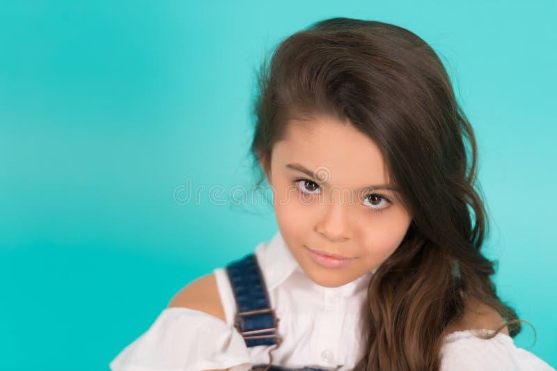 Mała brunetki dziewczyna z kędzierzawym włosy obraz stock
