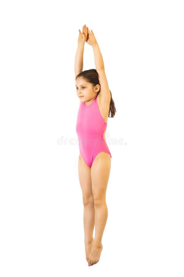 _ Mała caucasian kobiety 8 lat nurka dziewczyna w różowym swimmwear doskakiwaniu na białym tle zdjęcia royalty free