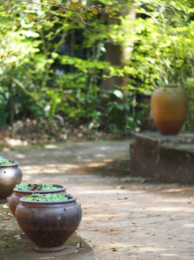 Mała ceramics waza, wodny słój na rocznika stylu domu retro tarasie zdjęcie royalty free