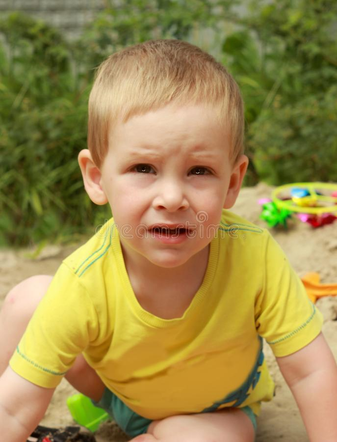 Mała chłopiec, bawić się w sandpit z zabawkami outdoors fotografia stock
