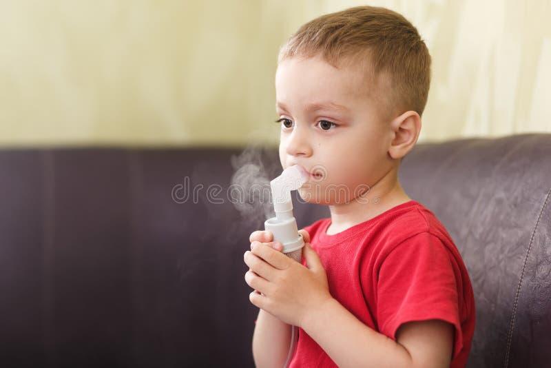 Mała chłopiec robi leczniczej inhalaci fotografia stock