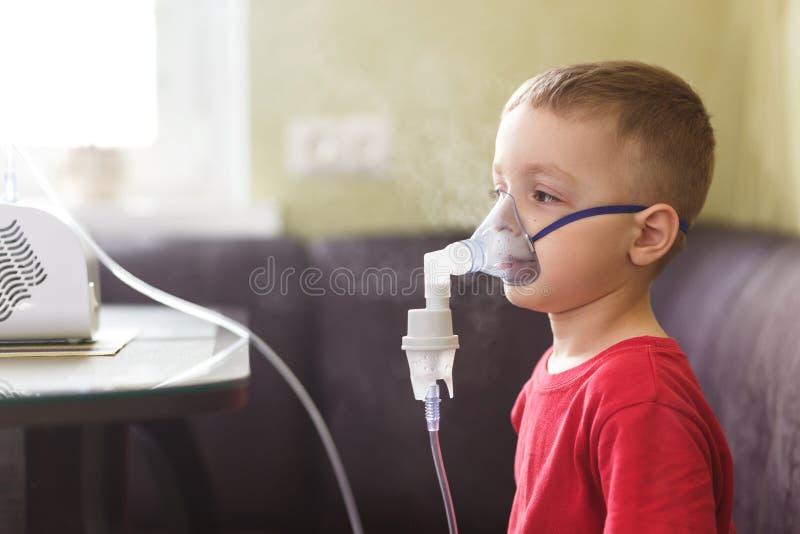 Mała chłopiec robi leczniczej inhalaci zdjęcia stock