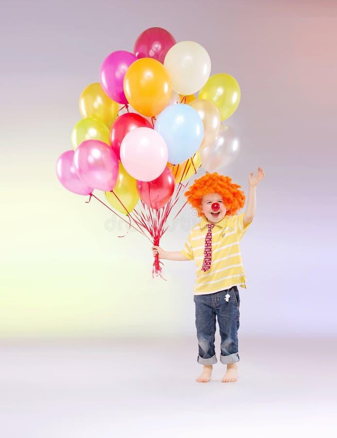 Mała chłopiec trzyma wiązkę balony zdjęcie royalty free