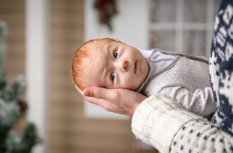 Mała chłopiec w ojciec rękach fotografia stock