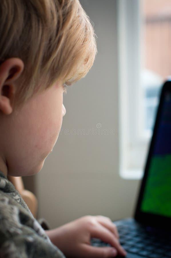 Mała chłopiec wyszukuje interent obraz royalty free