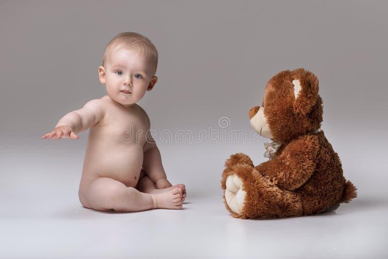 Mała chłopiec z misiem zdjęcia royalty free