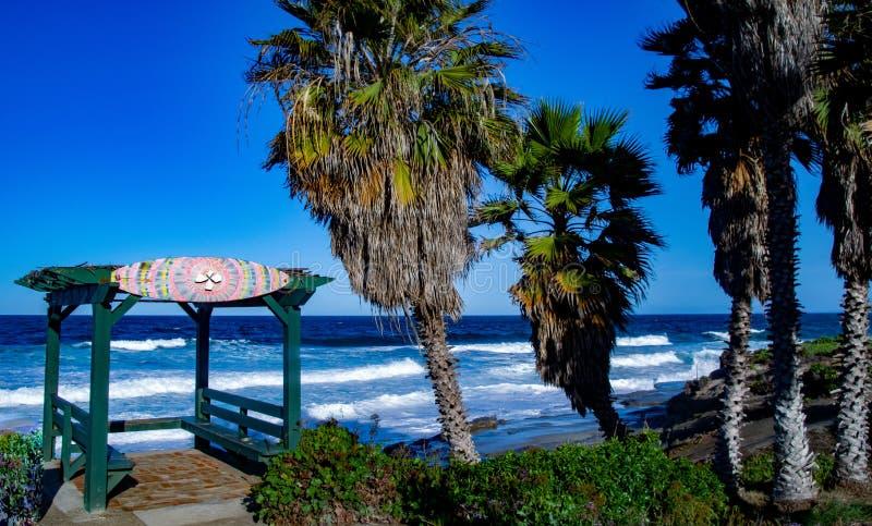 Mała chałupa i palmy morzem fotografia stock