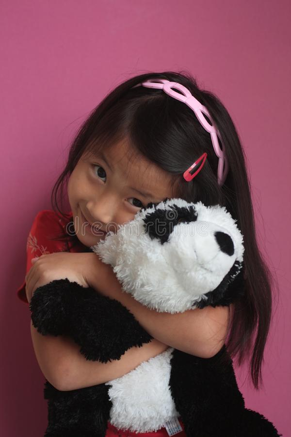 Mała chińska dziewczyna z panda niedźwiedziem obraz royalty free