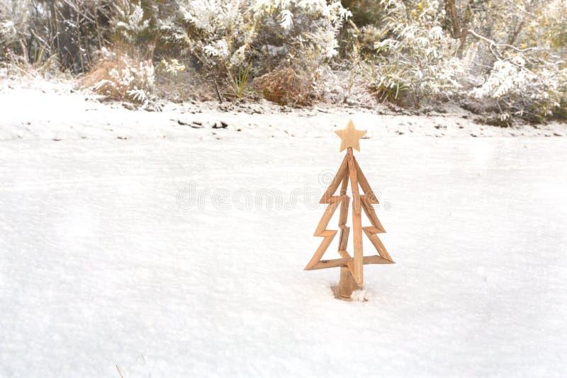 Mała choinka na świeży śnieg zdjęcie royalty free