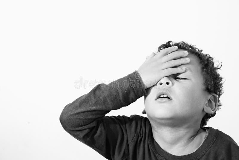 Mała chora chłopiec doświadcza migrenę obraz stock