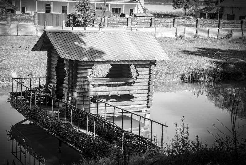 Mała czarny i biały domowa pozycja po środku rzeki zdjęcia royalty free