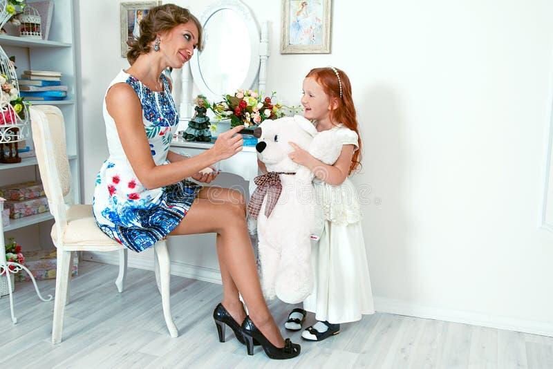 Mała czerwona z włosami dziewczyna i jej matka zdjęcie royalty free