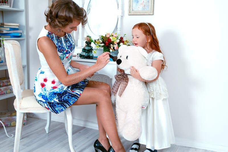 Mała czerwona z włosami dziewczyna i jej matka zdjęcia royalty free