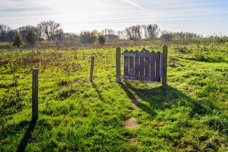 Mała drewniana brama na floodplain blisko Holenderskiej rzeki zdjęcia royalty free
