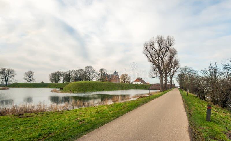 Mała droga Holenderska szczelina Loevestein w wiosce Poeder fotografia stock