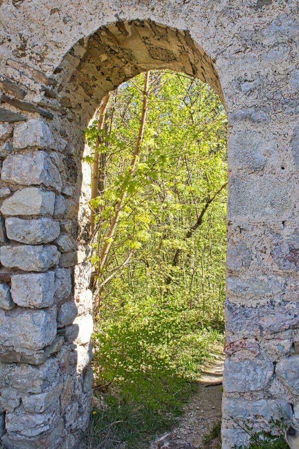 Ma?a drzwi kasztelu ruina stara fotografia royalty free