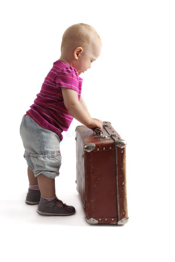 Mała dziecko pozycja obok walizki zdjęcie royalty free