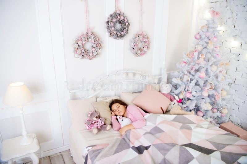 mała dziewczyna śpi w domu Bożenarodzeniowy rodzinny wakacje santa czekanie Zima Ranek przed Xmas sen Szczęśliwy obraz royalty free